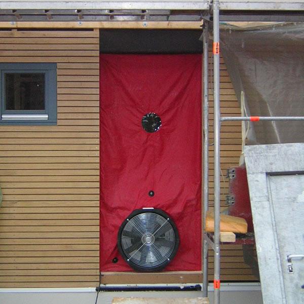 luftdichtigkeitspr fung mit dem blower door test. Black Bedroom Furniture Sets. Home Design Ideas