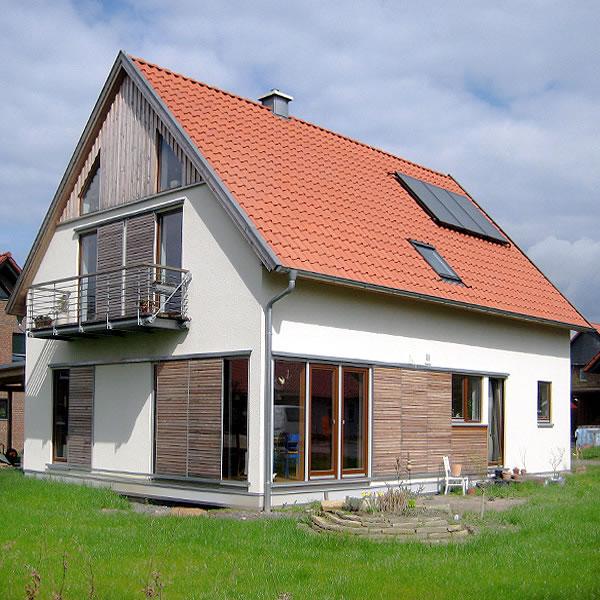 Einfamilienhaus Mit Fertigteilgarage Und Geräteschuppen In: Einfamilienhaus In Holzrahmenbauweise
